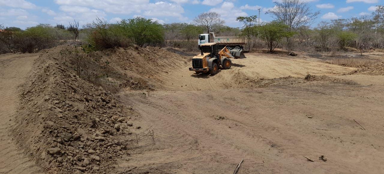 Secretaria de Desenvolvimento Rural e Pesca vem realizando em ritmo acelerado, a limpeza dos barreiros da zona rural